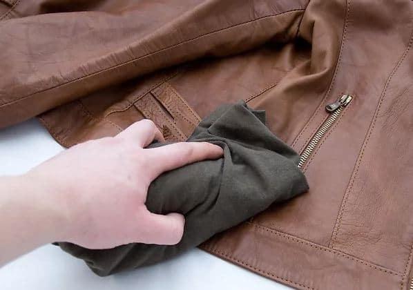 passo a passo de limpeza de roupa de couro