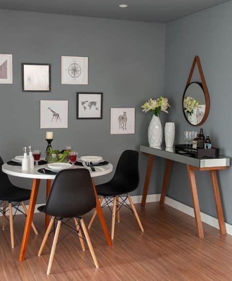sala de jantar com paredes e teto em cinza