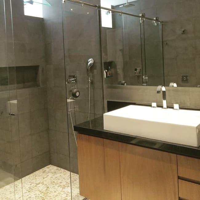 banheiro com piso de pedrinhas naturais
