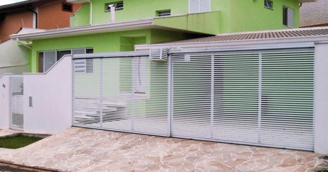 fachada de casa com portao de correr duplo