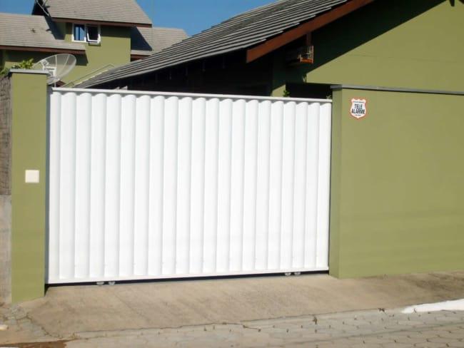 fachada de casa com portao de correr fechado
