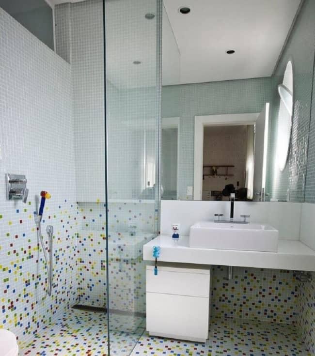 banheiro com pastilhas no piso