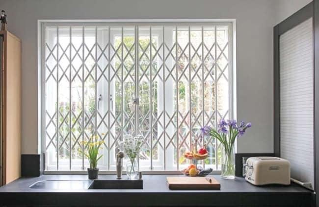 janela da cozinha com grade pantografica