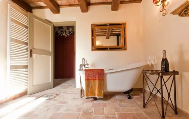 banheiro rustico com piso antiderrapante