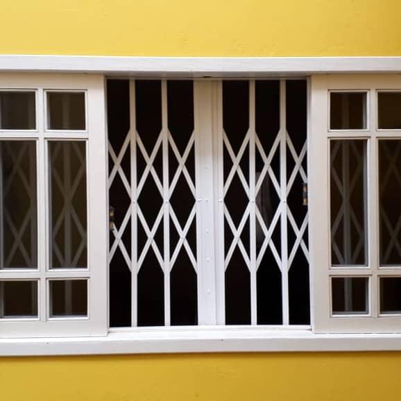 janela com grade pantografica interna