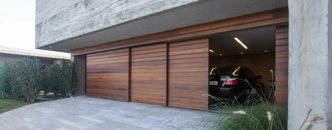 portao de garagem de correr em madeira