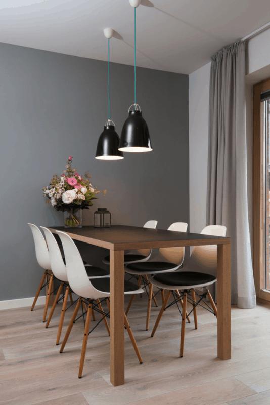sala de jantar com parede cinza e mesa de madeira