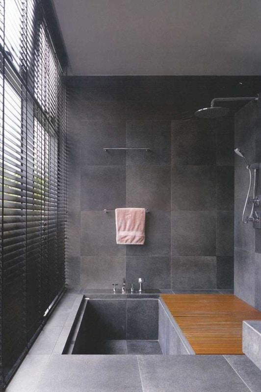 banheiro moderno com piso antiderrapante