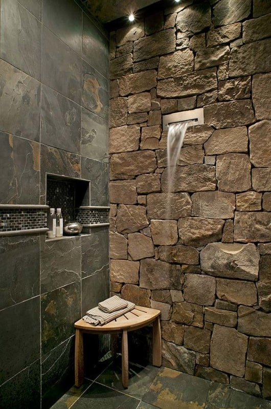 banheiro decorado com piso antiderrapante de pedra