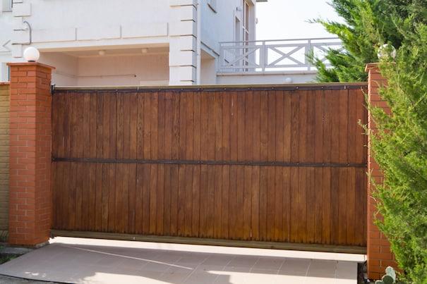 fachada de casa com portao deslizante em madeira