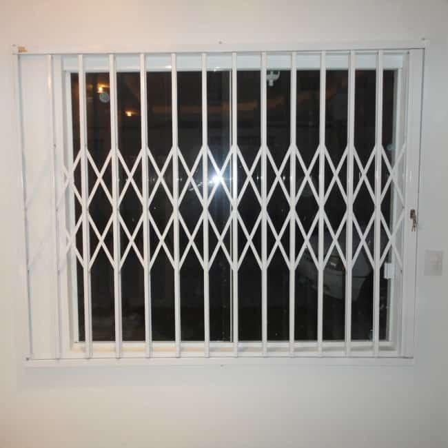 janela com grade pantografica branca