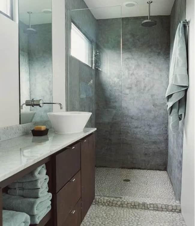banheiro com pedras naturais no piso