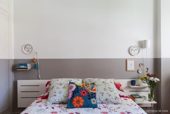 quarto com meia parede cinza e decoracao colorida