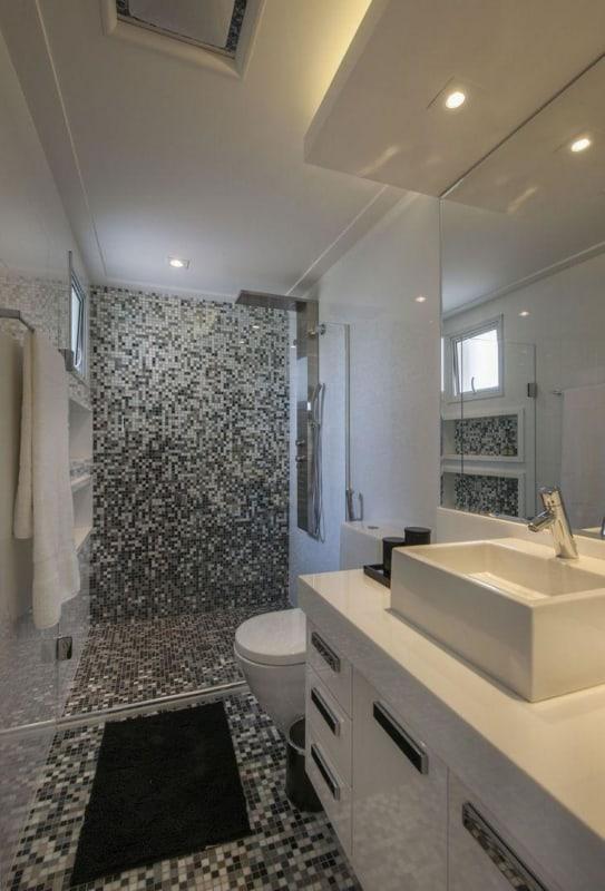 banheiro moderno com piso de pastilhas