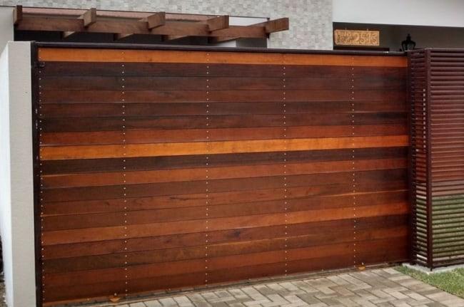 fachada de casa com portao de madeira deslizante