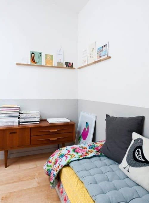 quarto com meia parede cinza claro