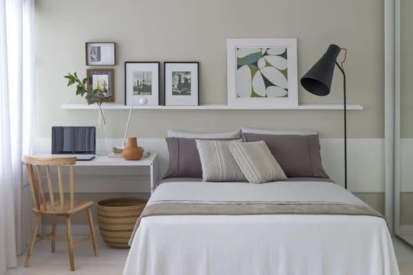 quarto pequeno com parede cinza claro