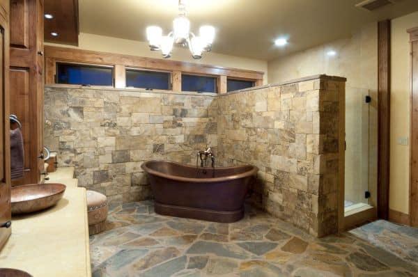 banheiro rustico com piso de pedras naturais e antiderrapantes