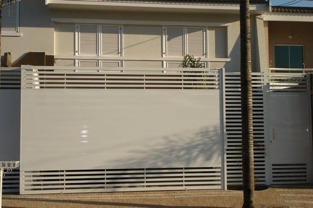 fachada com portao deslizante em aluminio branco