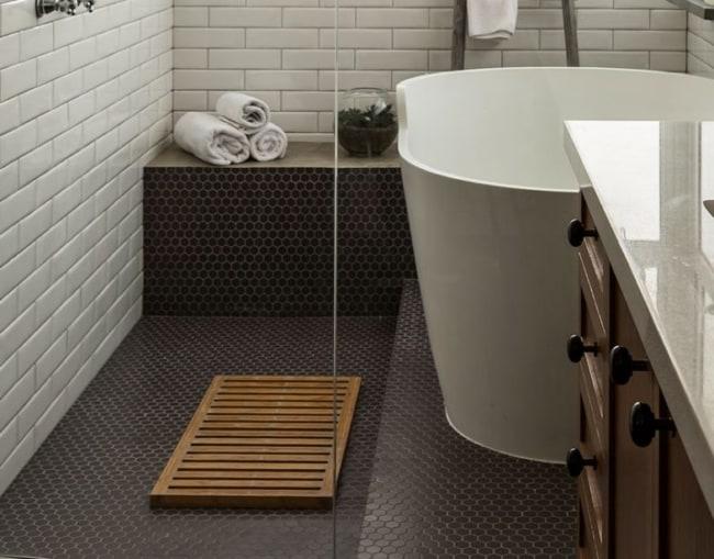 banheiro com piso de pastilha hexagonal