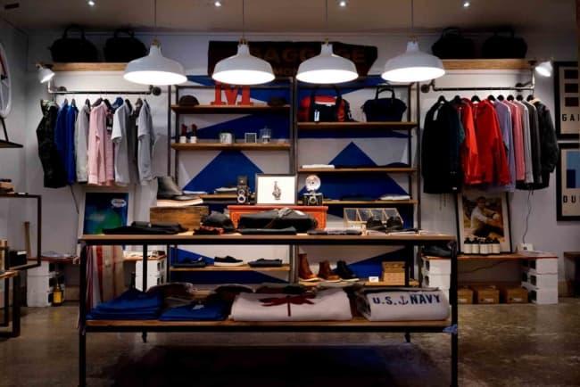 loja de roupas estilo industrial com expositores