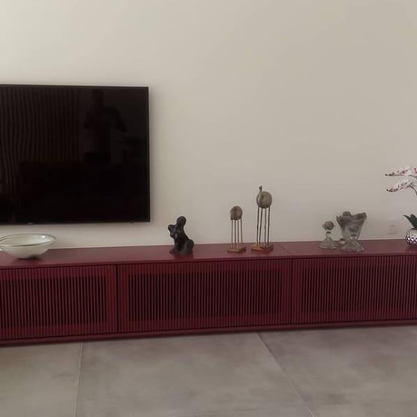 sala com parede algodao egipcio e movel colorido