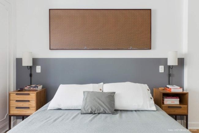 quarto simples e pequeno com meia parede cinza