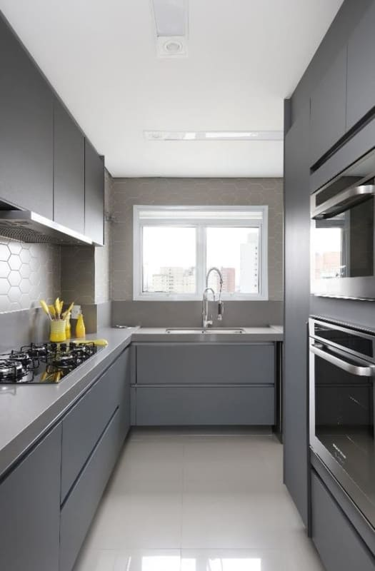 cozinha corredor com armarios em cinza