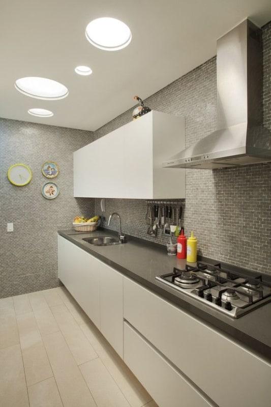 cozinha com revestimento cinza nas paredes