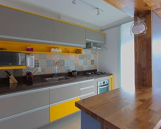 cozinha moderna em cinza e amarelo