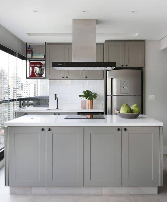 cozinha moderna com armarios planejados em cinza claro