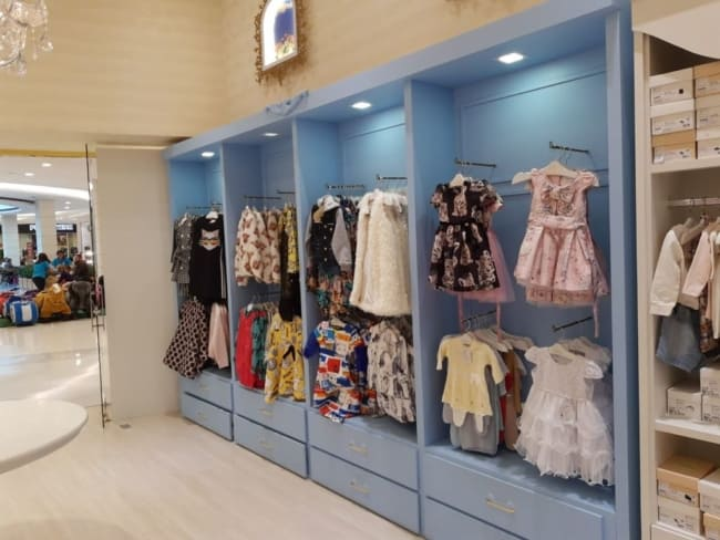 expositor de roupas para loja infantil