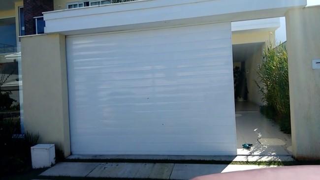 portao deslizante fechado em aluminio branco