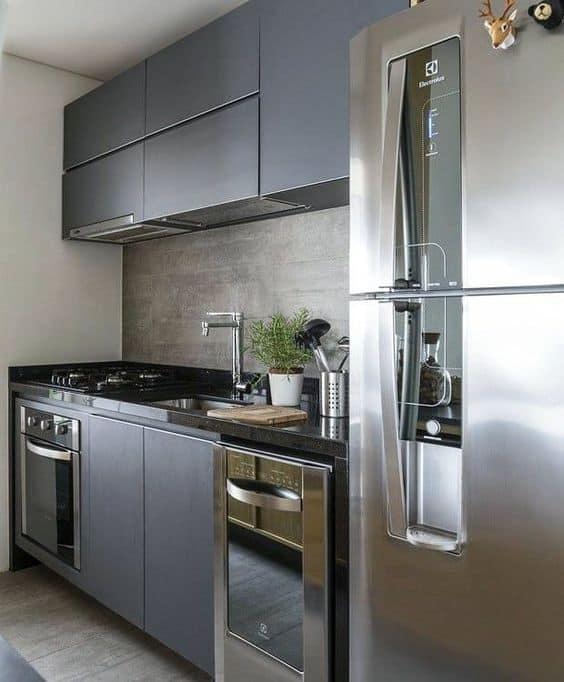 cozinha pequena e planejada com armarios em cinza