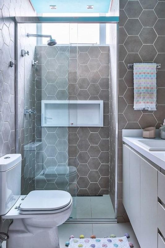 banheiro pequeno com revestimento geometrico cinza