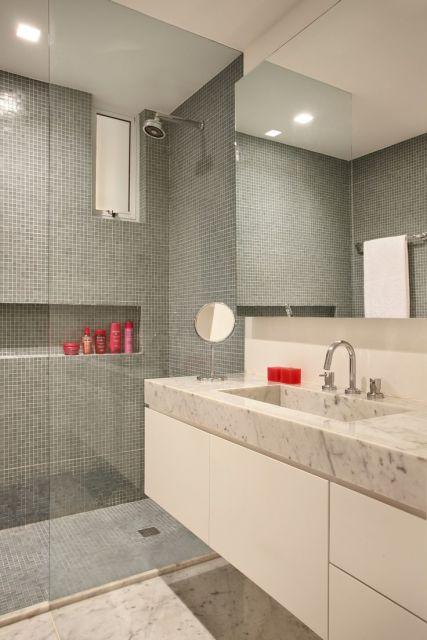 banheiro com pastilhas cinza na area do box