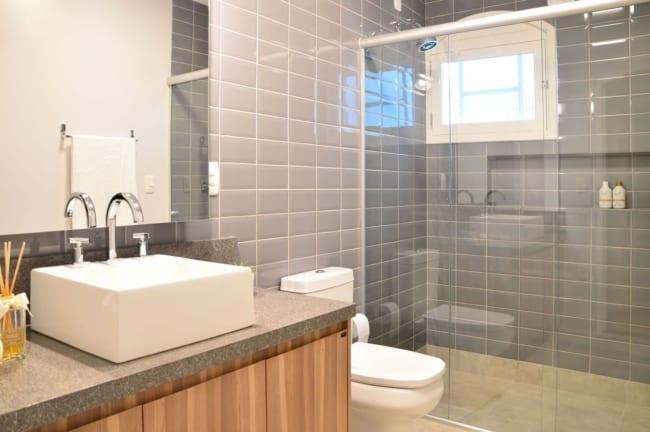 banheiro com revestimento cinza nas paredes