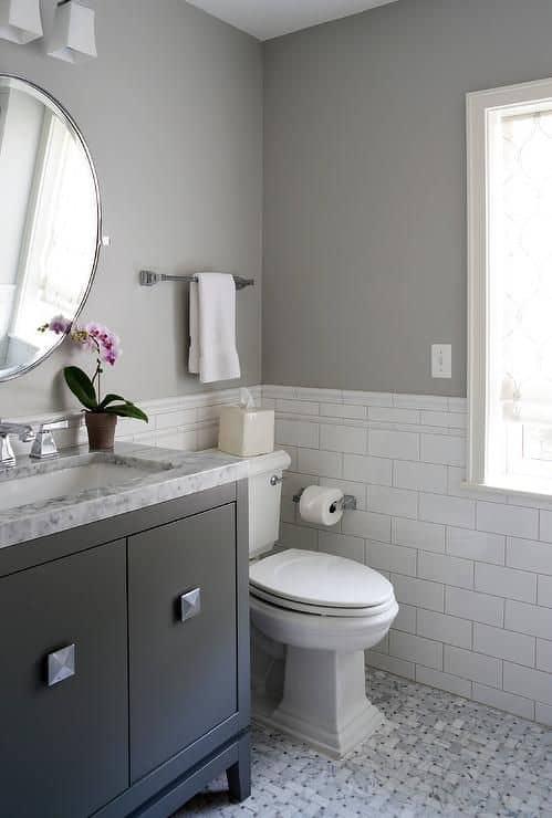 banheiro com parede cinza claro