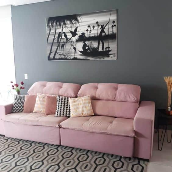 sala com parede cinza e sofa rosa