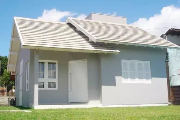 fachada de casa terrea simples com pintura em cinza claro
