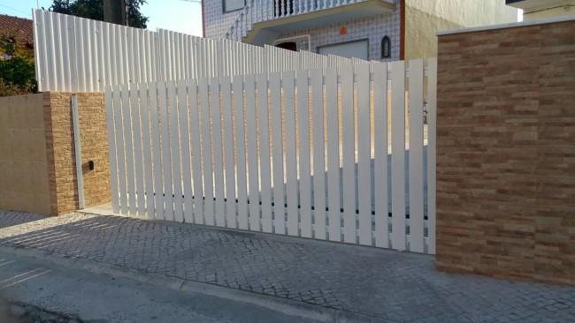 fachada com muro e portao de correr simples