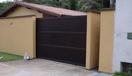 casa simples com portao de correr fechado