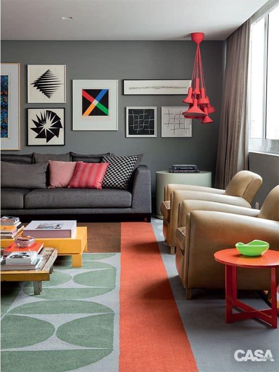 sala de estar com parede cinza e decoracao colorida