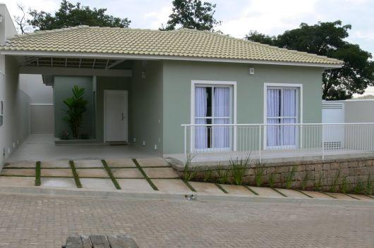 casa terrea pequena com telhado aparente e garagem