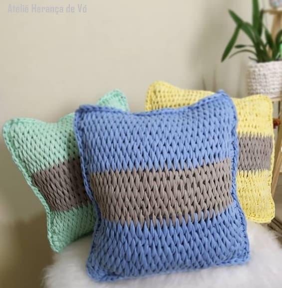 almofadas com faixa colorida de croche tunisiano