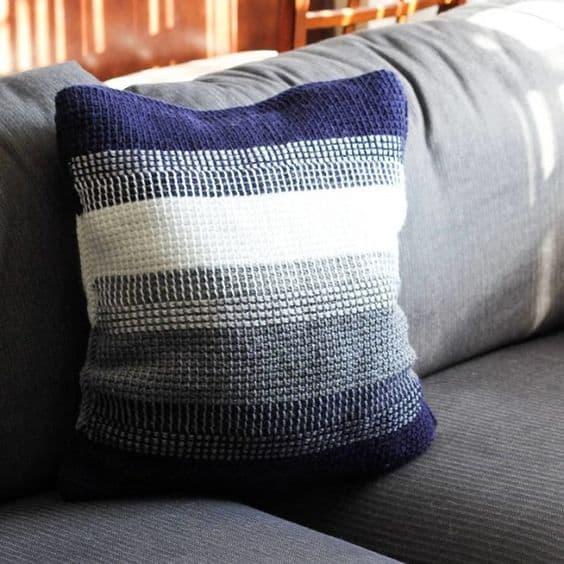 almofada azul e branca de croche tunisiano
