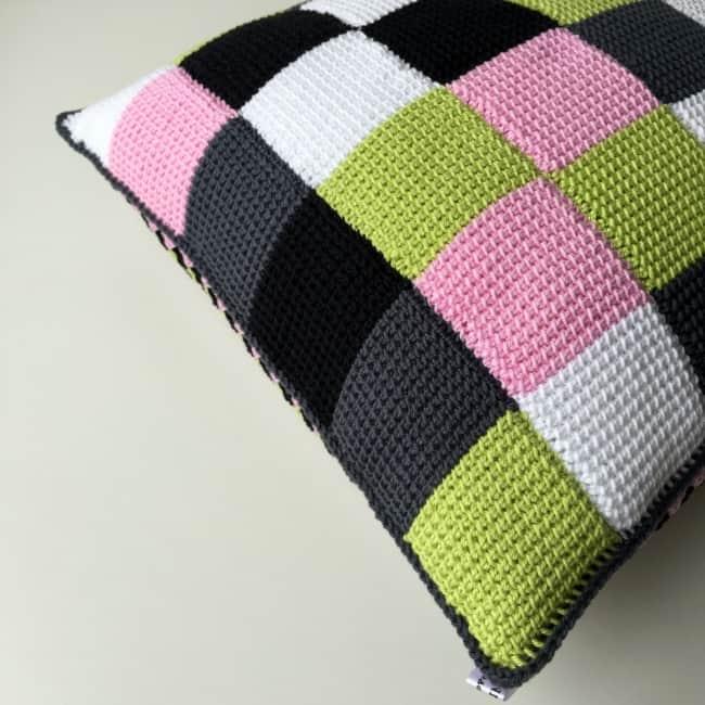 almofada com quadrados coloridos de croche tunisiano