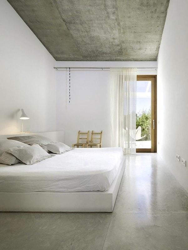 quarto minimalista com piso de cimento queimado