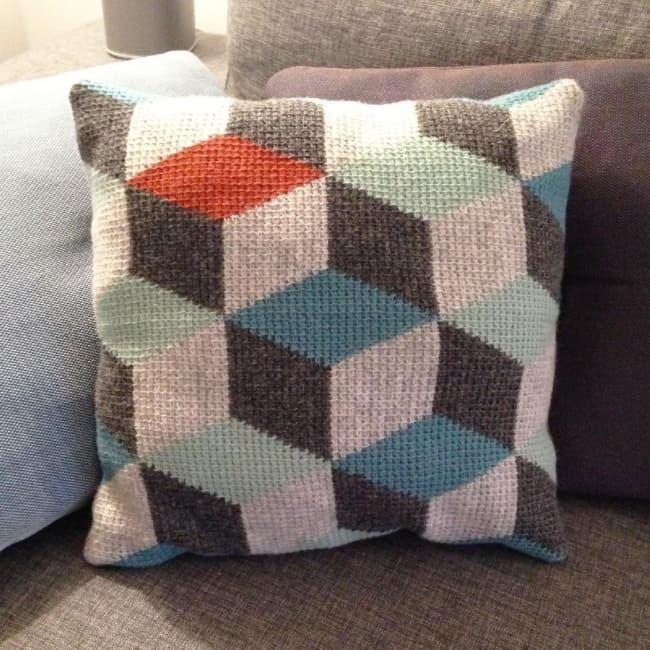 almofada com estampa geometrica em croche tunisiano