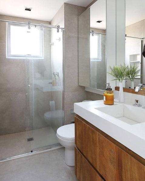 banheiro pequeno com porcelanato na parede e no piso